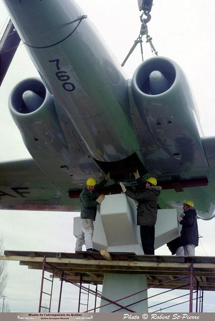 Pierre GILLARD: 1982-11 - Installation du CF-100 sur le socle à la base militaire de Saint-Hubert &emdash; 056154