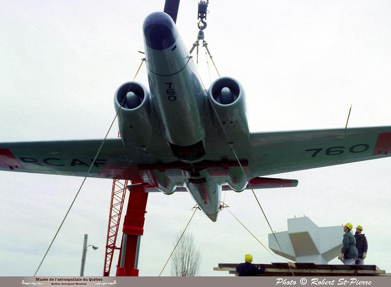 Pierre GILLARD: 1982-11 - Installation du CF-100 sur le socle à la base militaire de Saint-Hubert &emdash; 056152