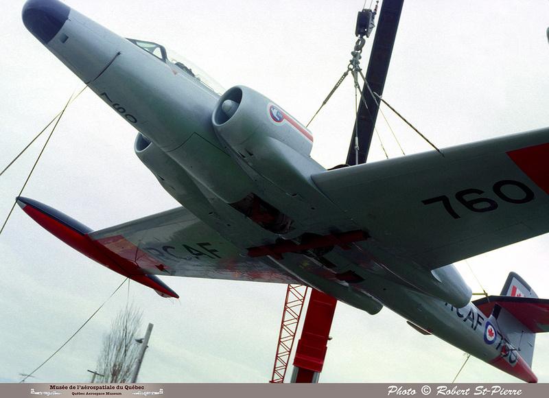 Pierre GILLARD: 1982-11 - Installation du CF-100 sur le socle à la base militaire de Saint-Hubert &emdash; 056151