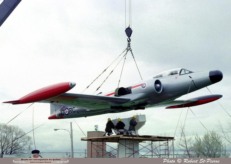 Pierre GILLARD: 1982-11 - Installation du CF-100 sur le socle à la base militaire de Saint-Hubert &emdash; 056153