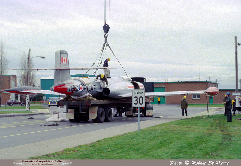 Pierre GILLARD: 1982-11 - Installation du CF-100 sur le socle à la base militaire de Saint-Hubert &emdash; 056149