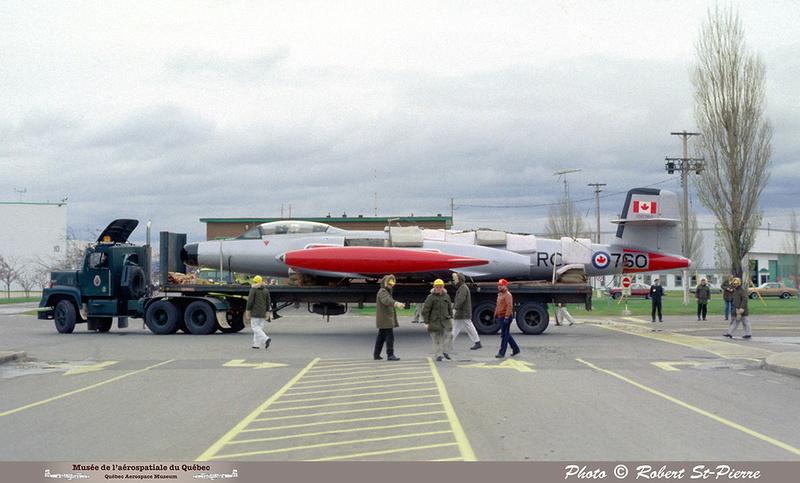 Pierre GILLARD: 1982-11 - Installation du CF-100 sur le socle à la base militaire de Saint-Hubert &emdash; 056146