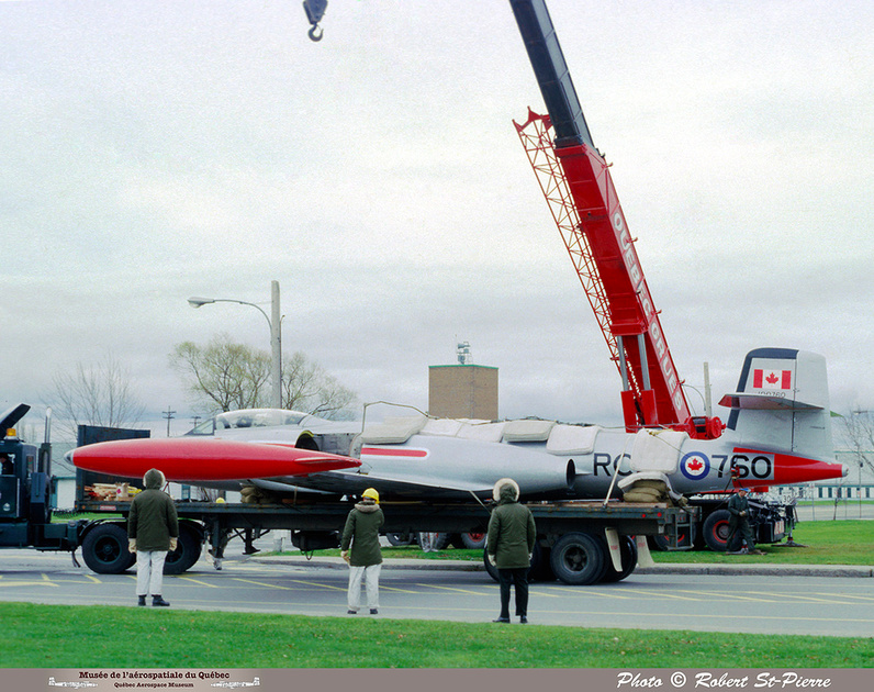 Pierre GILLARD: 1982-11 - Installation du CF-100 sur le socle à la base militaire de Saint-Hubert &emdash; 056148