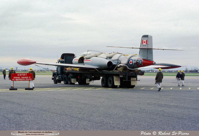Pierre GILLARD: 1982-11 - Installation du CF-100 sur le socle à la base militaire de Saint-Hubert &emdash; 056144