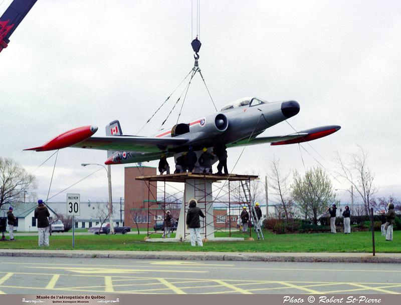 Pierre GILLARD: 1982-11 - Installation du CF-100 sur le socle à la base militaire de Saint-Hubert &emdash; 056155
