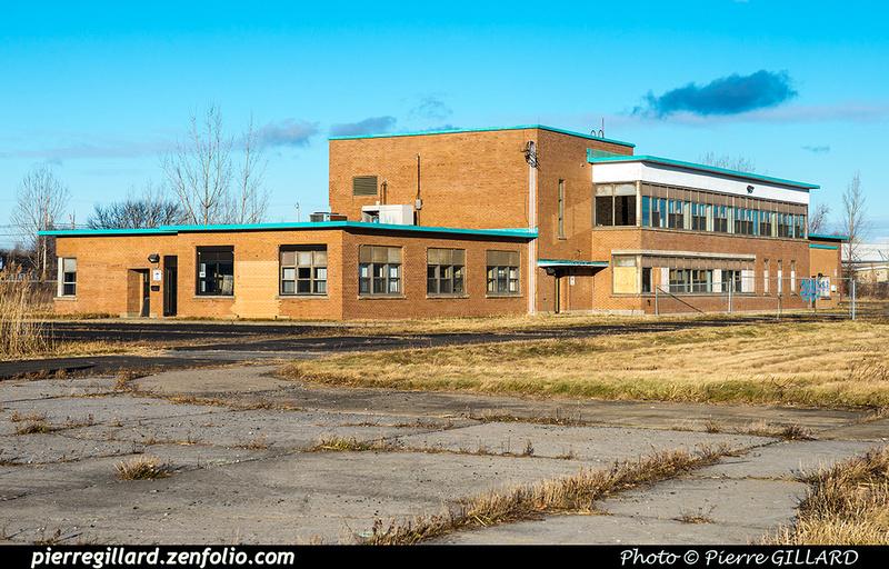 Pierre GILLARD: Canada : CYHU - Saint-Hubert, QC - Ancien bâtiment de Transports Canada &emdash; 2017-616140