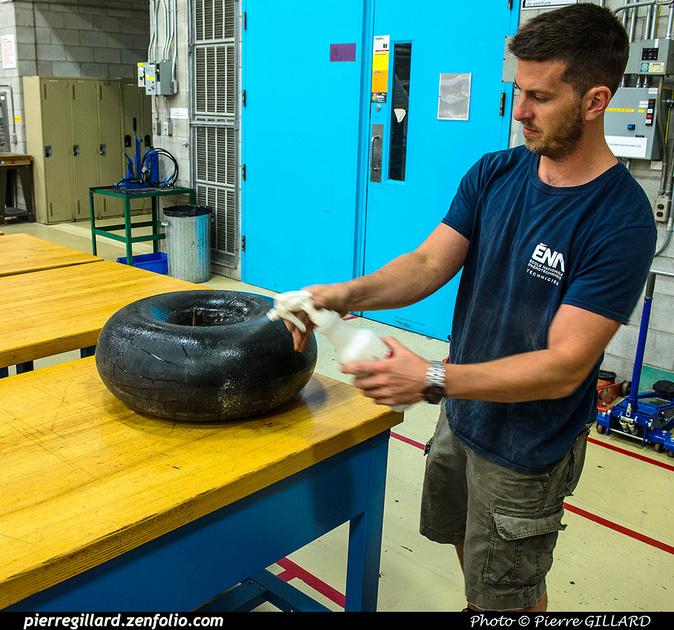 Pierre GILLARD: 2017-07-17 - Changement du pneu de la roulette de queue du DC-3 C-FDTD &emdash; 2017-611927