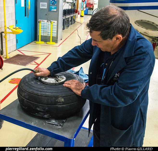 Pierre GILLARD: 2017-07-17 - Changement du pneu de la roulette de queue du DC-3 C-FDTD &emdash; 2017-611928