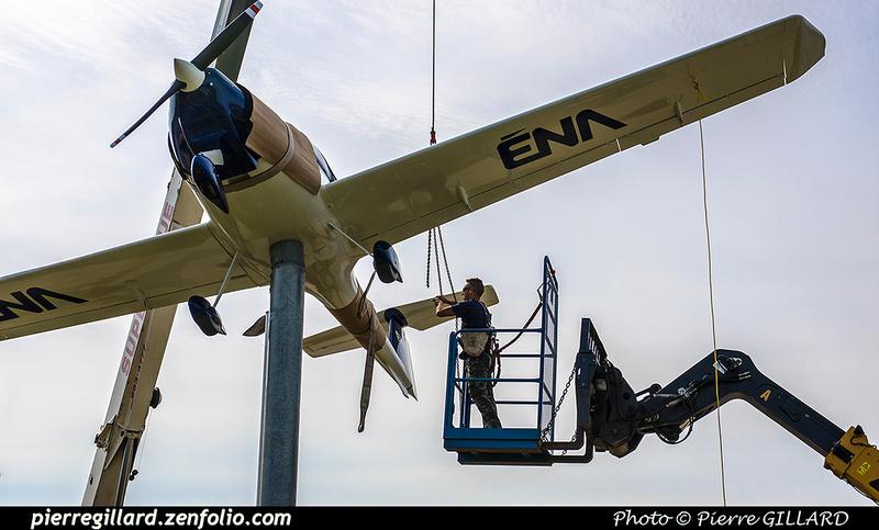 Pierre GILLARD: 2017-08-29 - Repositionnement du Katana à l'entrée de l'ÉNA &emdash; 2017-612414