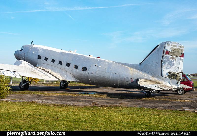 Pierre GILLARD: 2017-10-21 - Réparation et réinstallation de la roulette de queue du DC-3 C-FDTD &emdash; 2017-615400